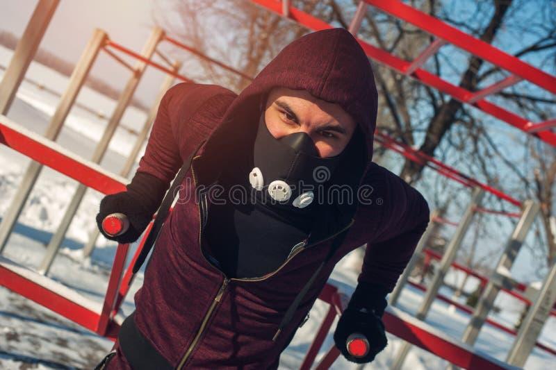 Homme musculaire masculin faisant des exercices sur des barres photo libre de droits