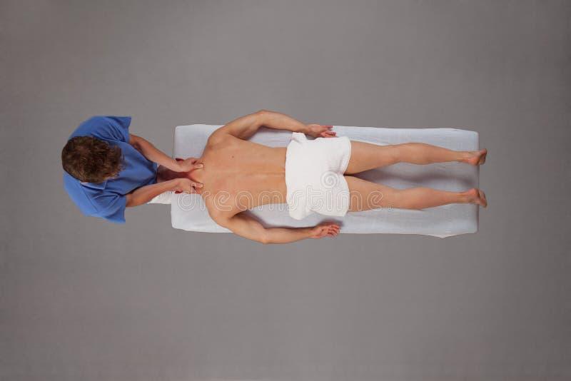 Homme musculaire massé par le thérapeute photo stock