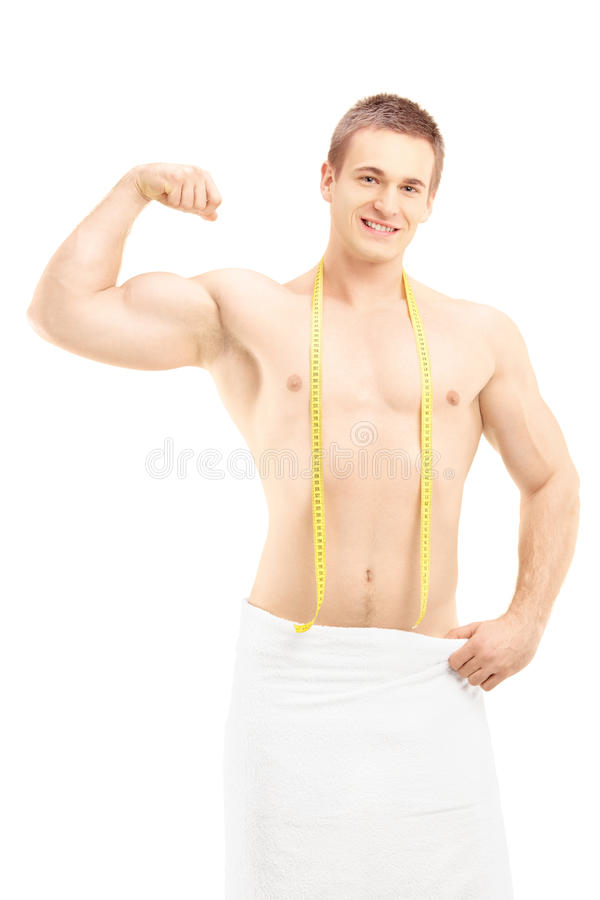 Homme musculaire montrant son biceps et posant avec la bande de mesure photos libres de droits