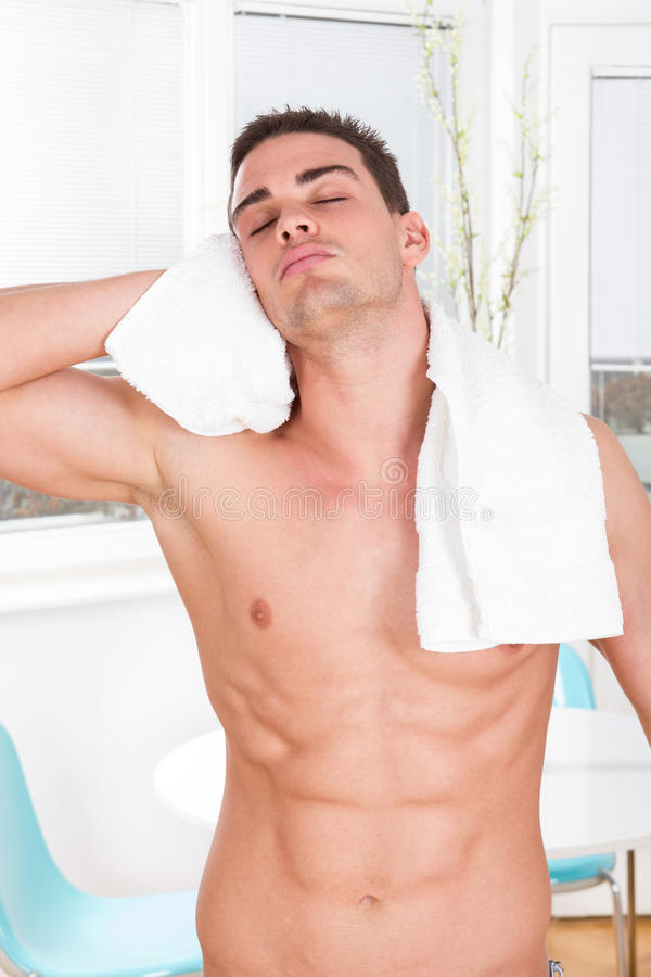 Homme musculaire nu sexy avec les cheveux de séchage de serviette blanche images libres de droits