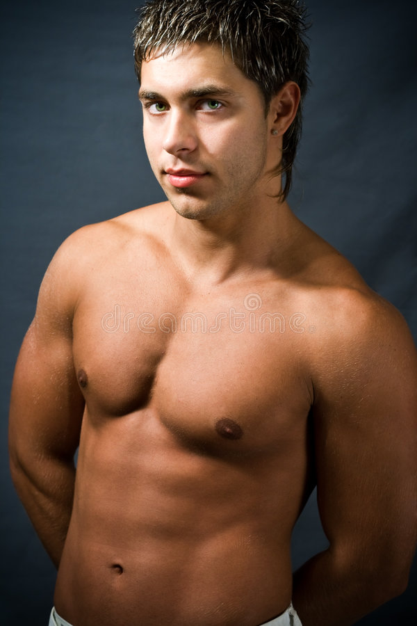 Homme musculaire sans chemise photographie stock