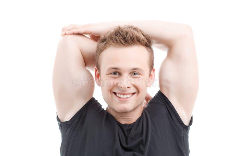 Homme musculeux pendant la séance d'entraînement photo stock