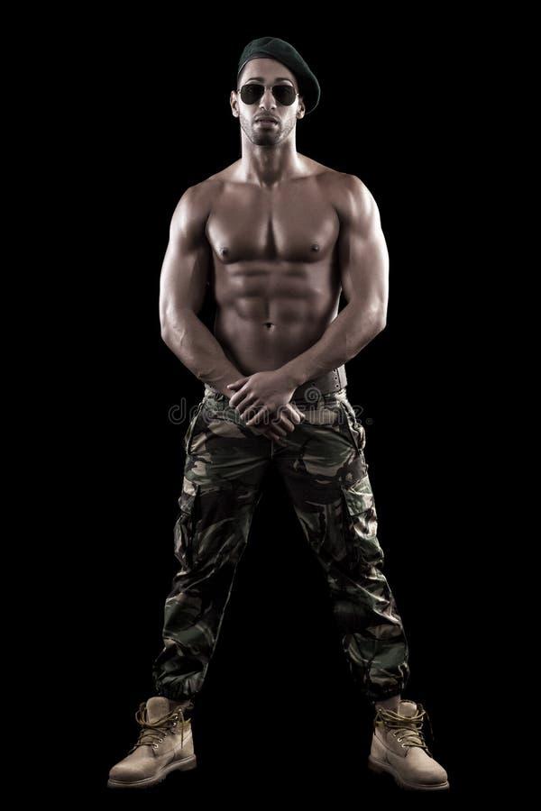 Homme musculeux sur un fond noir photographie stock