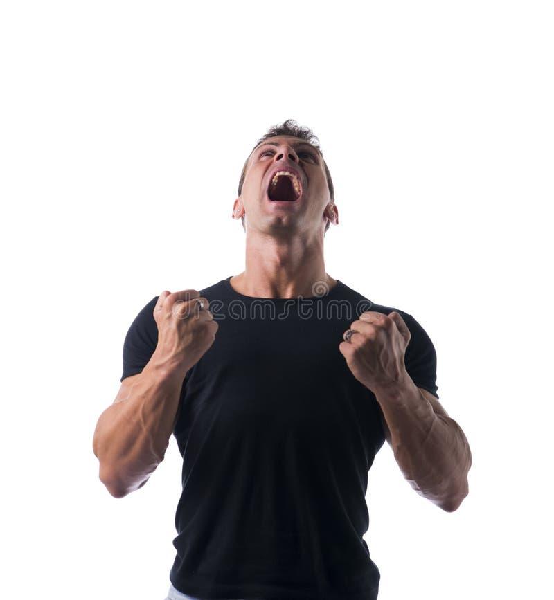 Homme musculeux très fâché dans la chemise noire image stock