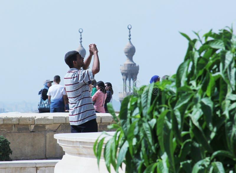 Homme musulman arabe faisant des photos du vieux Caire islamique en Egypte image stock