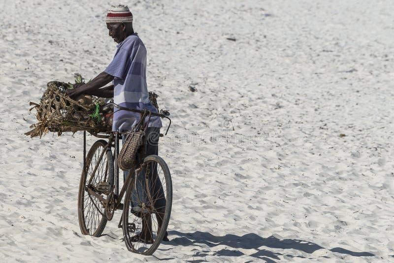 Homme musulman avec le vélo images stock