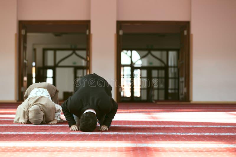 Homme musulman et femme priant dans la mosquée images libres de droits