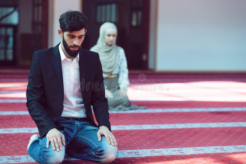 Homme musulman et femme priant dans la mosquée photo libre de droits
