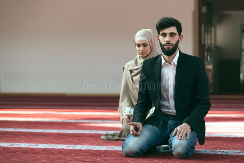 Homme musulman et femme priant dans la mosquée photos libres de droits