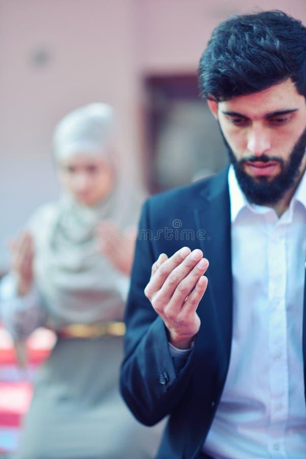 Homme musulman et femme priant dans la mosquée photo stock