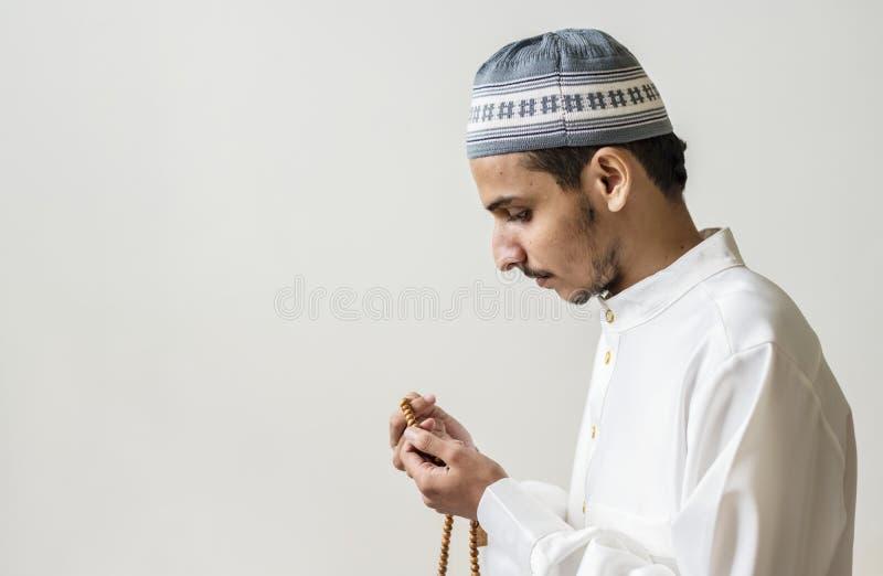 Homme musulman priant avec le tasbih pendant le Ramadan photos libres de droits