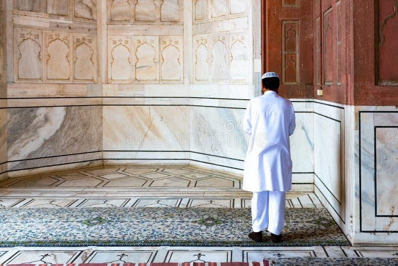 Homme musulman religieux priant à l'intérieur de la mosquée, New Delhi, Inde image stock