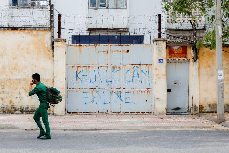 Homme non identifié dans l'uniforme descendant la rue en Asie photos libres de droits