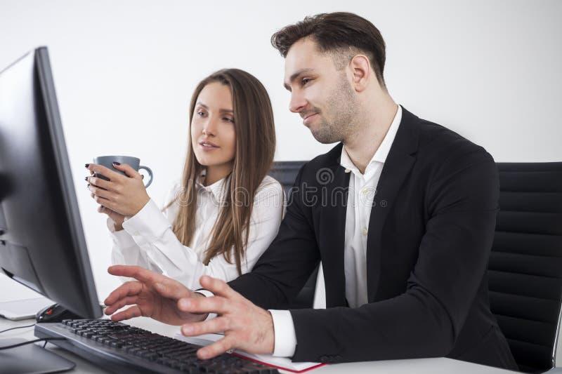 Homme non impressionné, femme avec du café image stock