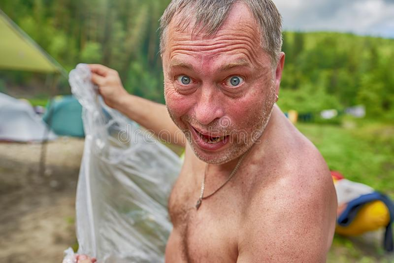 Homme non rasé avec des évasions de enflement de yeux de la pluie photographie stock