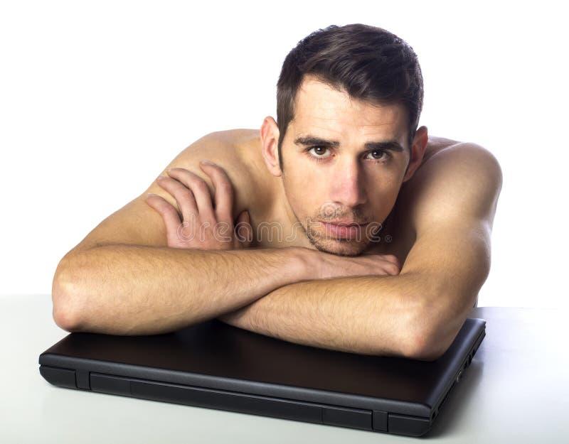 Homme nu avec l'ordinateur portable image libre de droits
