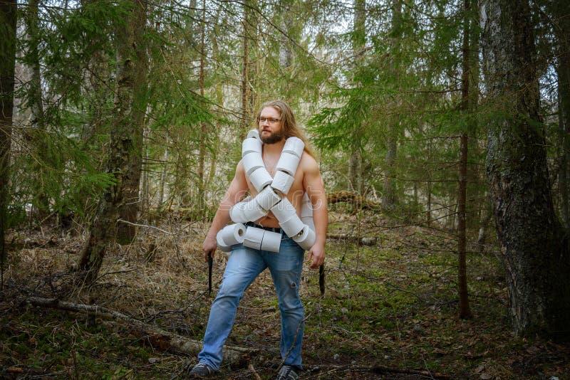 Homme nu avec le papier de carte de travail dans une forêt image libre de droits