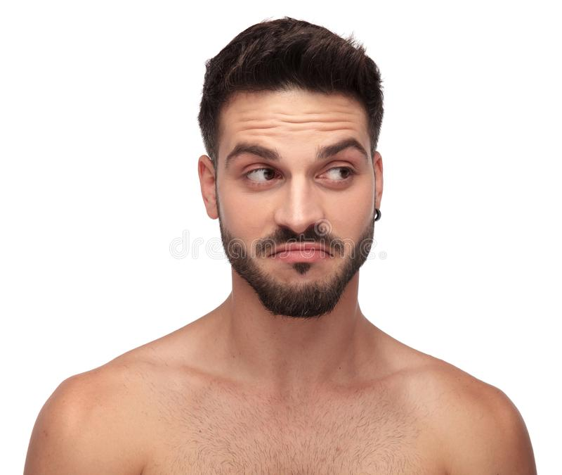 Homme nu Unshaved semblant curieux parti images libres de droits