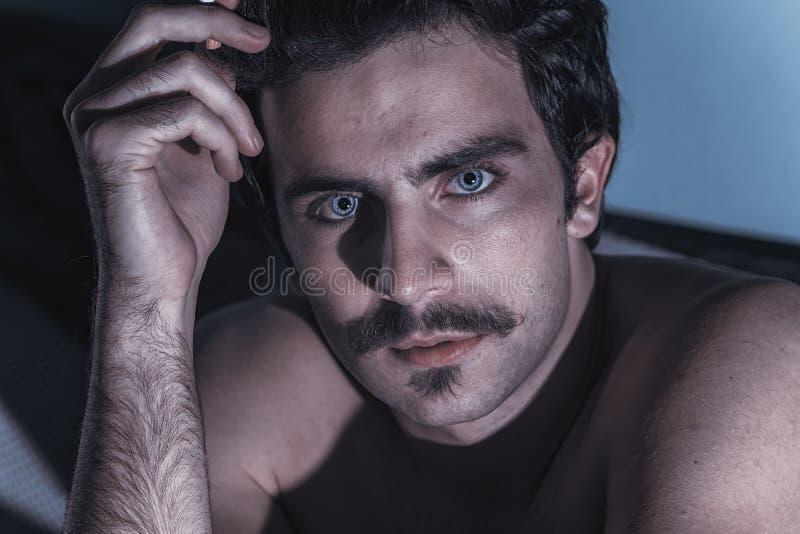 Homme observé par bleu dramatique images stock