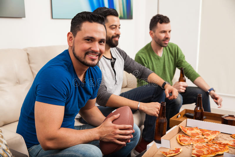Homme observant un jeu avec ses amis photographie stock libre de droits