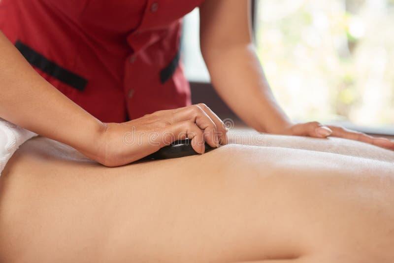 Homme obtenant un massage arrière photos stock