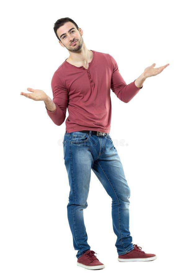 Homme occasionnel élégant perplexe heureux gesticulant l'épaule avec les bras augmentés photographie stock libre de droits