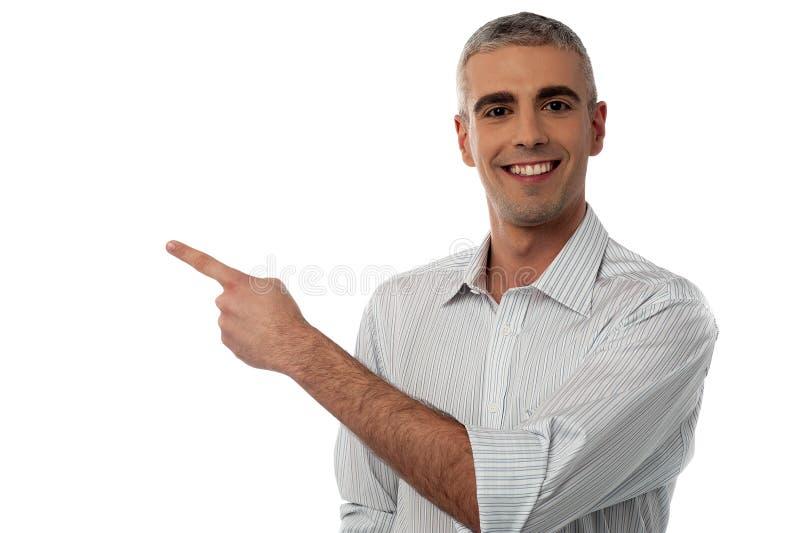 Homme occasionnel affichant quelque chose images libres de droits