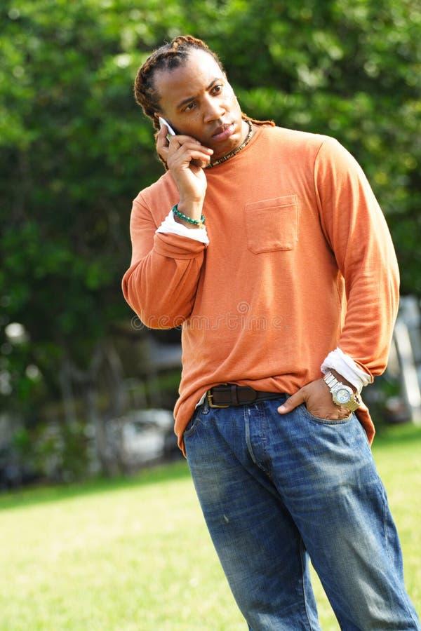 Homme occasionnel au téléphone photographie stock libre de droits