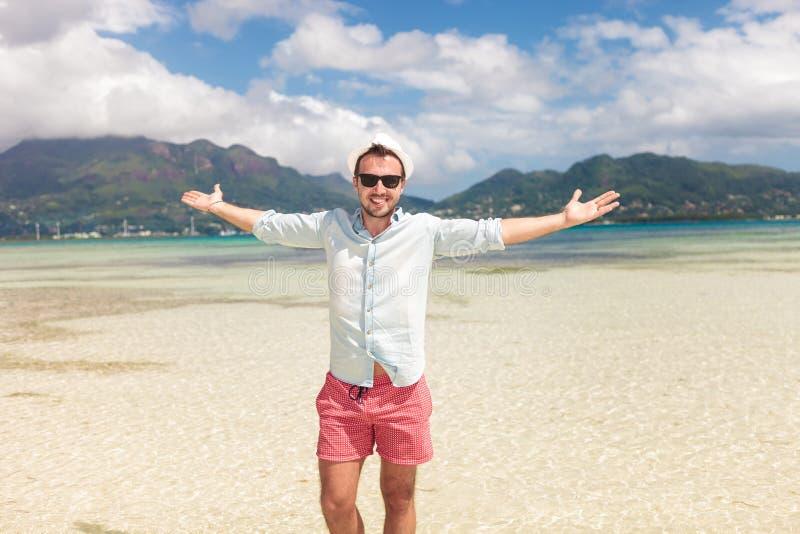 Homme occasionnel célébrant la liberté sur la plage image libre de droits