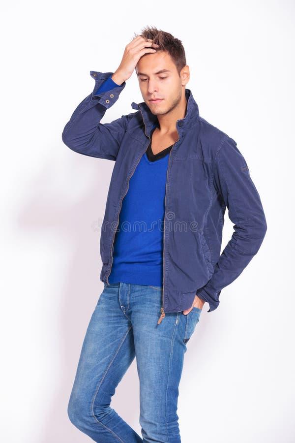 Homme occasionnel de mode déplaçant sa main par ses cheveux photos libres de droits