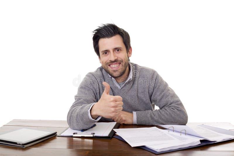 Homme occasionnel heureux sur un bureau photos libres de droits