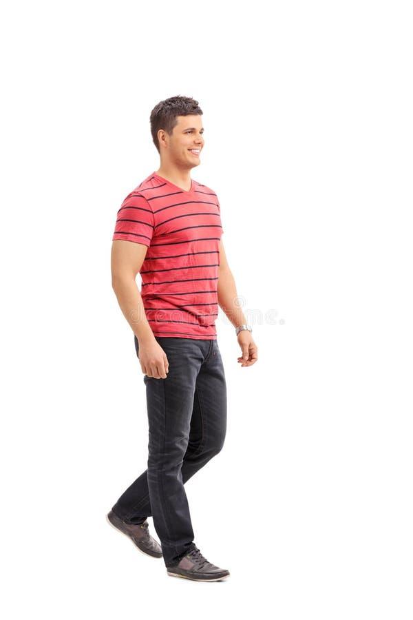 Homme occasionnel marchant sur le fond blanc images libres de droits