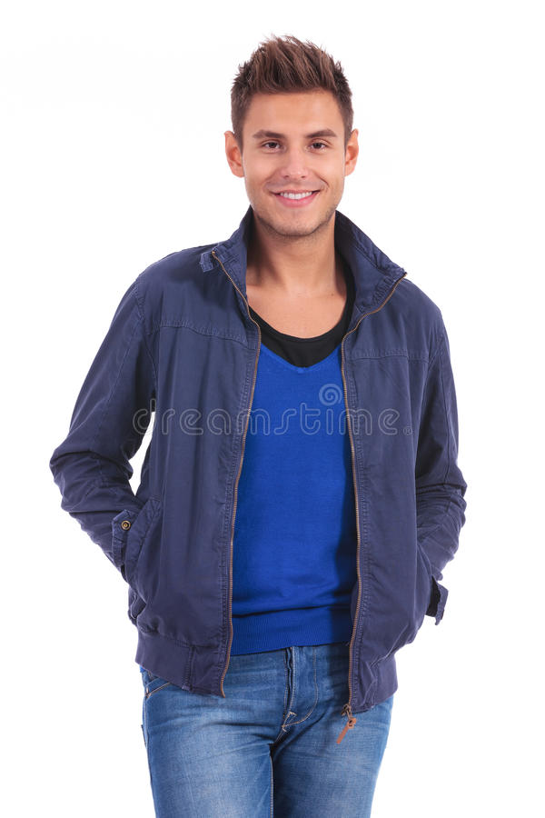 Homme occasionnel se tenant avec des mains dans des ses poches photo stock