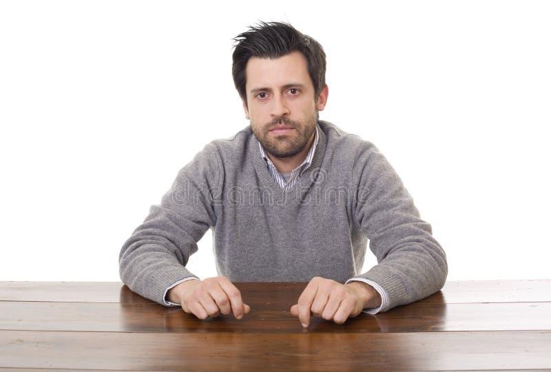 Homme occasionnel sur un bureau images stock