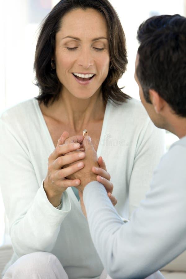 Homme offrant un anneau à une femme photographie stock