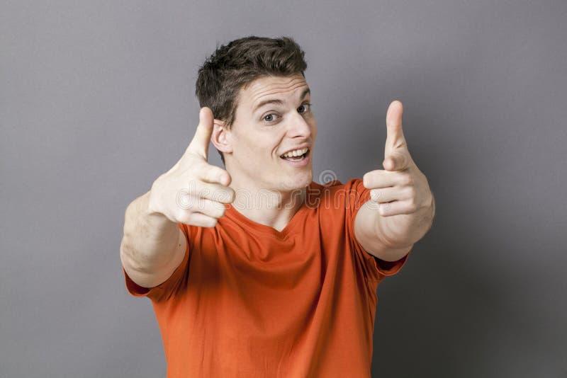Homme optimiste avec des doigts indiquant l'appareil-photo pour le dynamisme images libres de droits