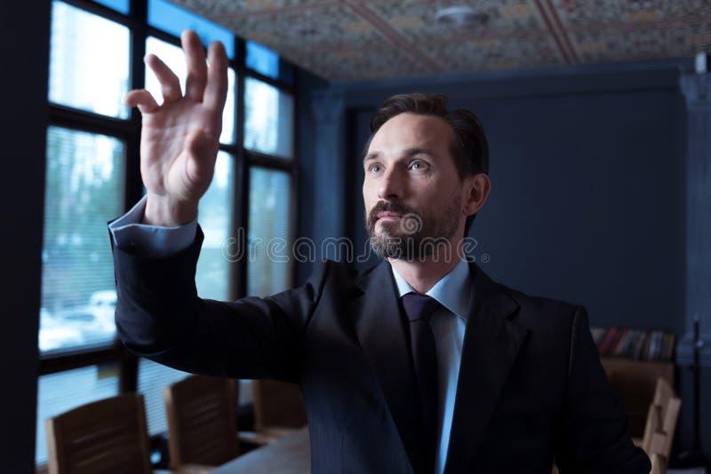 Homme optimiste heureux appréciant son travail image stock
