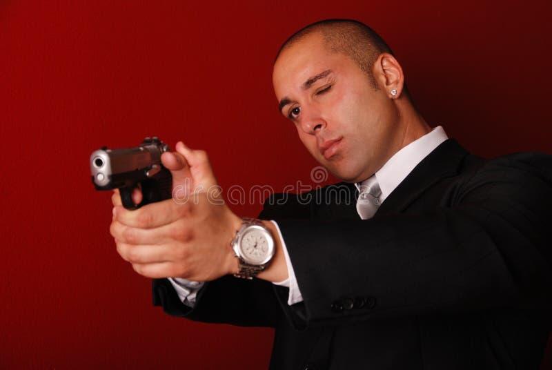 Homme orientant le canon. image stock