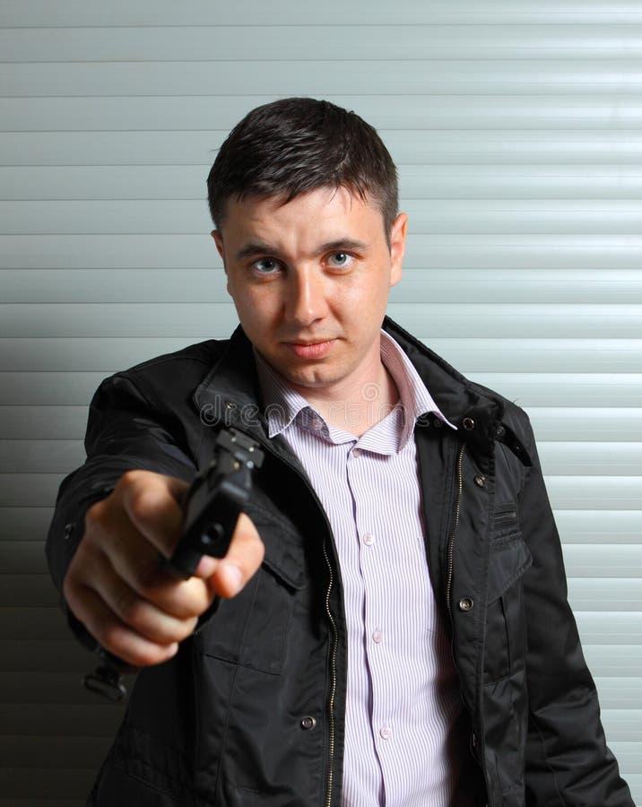 Homme orientant le canon photographie stock libre de droits