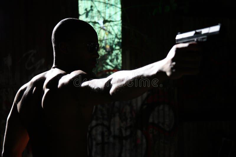 Homme orientant le pistolet images libres de droits