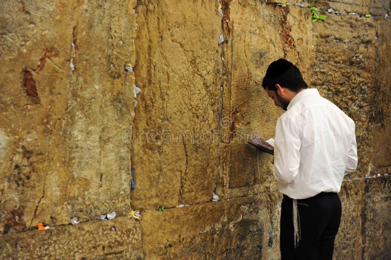 Homme orthodoxe juif priant au mur occidental photographie stock libre de droits