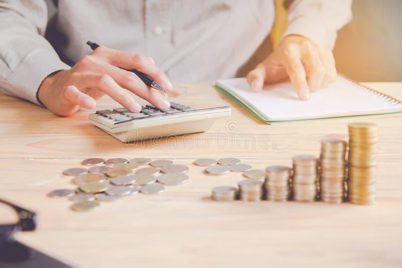 Homme ou comptable d'affaires dans le stylo de participation gris de chemise travaillant sur des comptes et ? l'aide de la calcul photographie stock