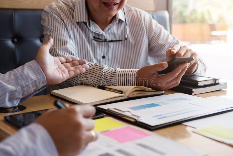 Homme ou comptable des affaires deux travaillant l'investissement, wri photographie stock libre de droits