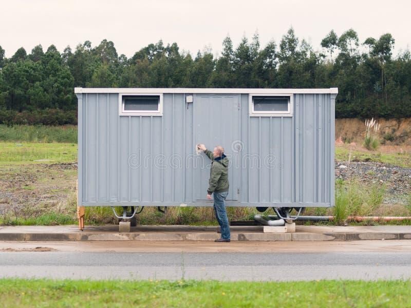 Homme ouvrant un site de hutte photo libre de droits