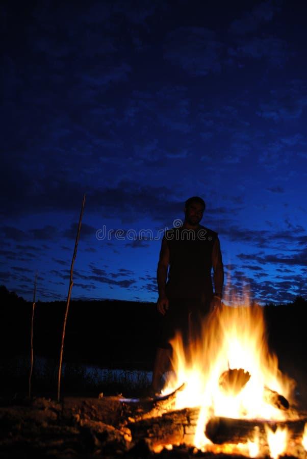 Homme par Fire photo libre de droits