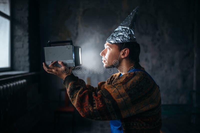 Homme paranoïde dans le chapeau de feuille d'étain, protection d'esprit, UFO images libres de droits