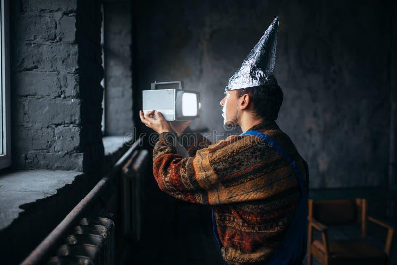 Homme paranoïde dans le chapeau de feuille d'étain, protection d'esprit, UFO image libre de droits