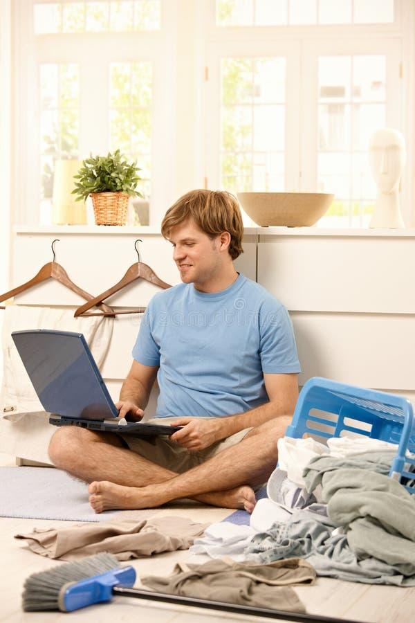 Homme paresseux avec l'ordinateur portatif images stock