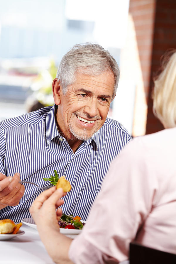 Homme parlant à la femme dans le restaurant photo stock