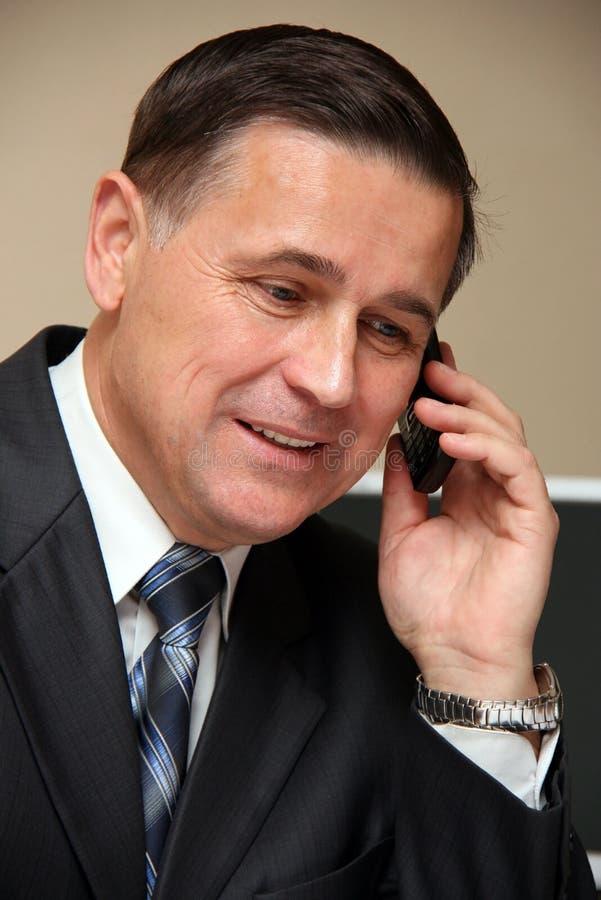Homme parlant à un téléphone images libres de droits